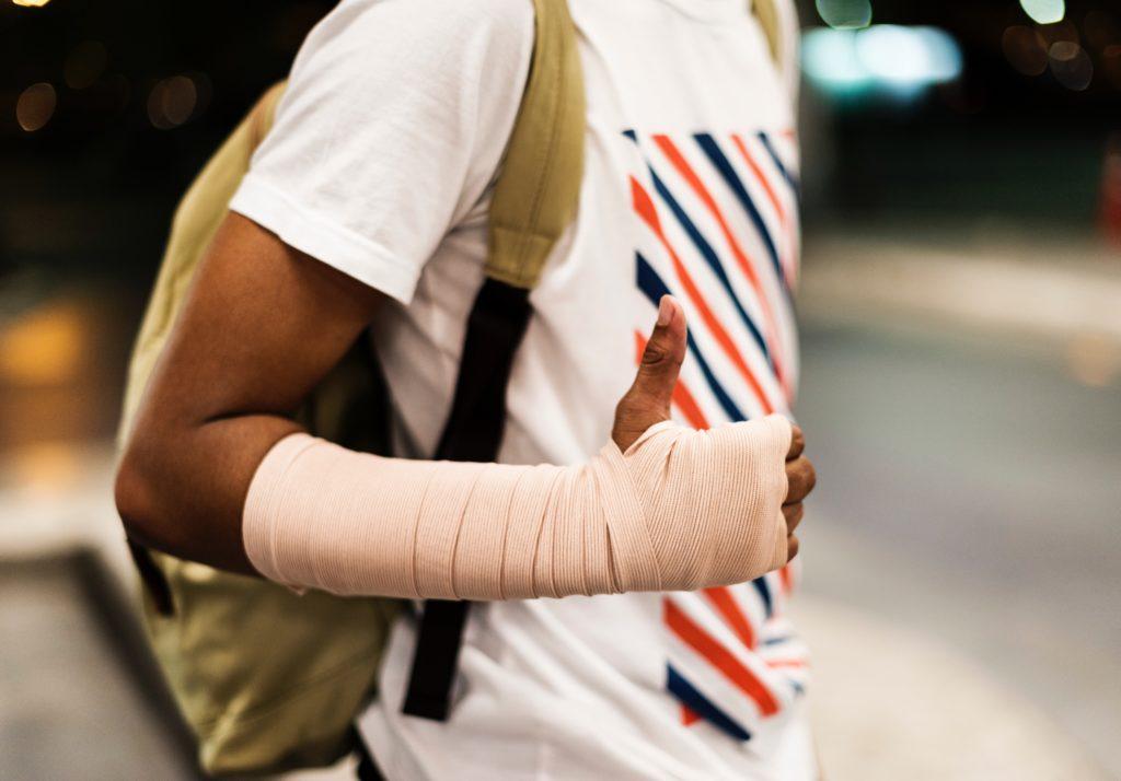 Imagem braço enfaixado - assist trip é bom