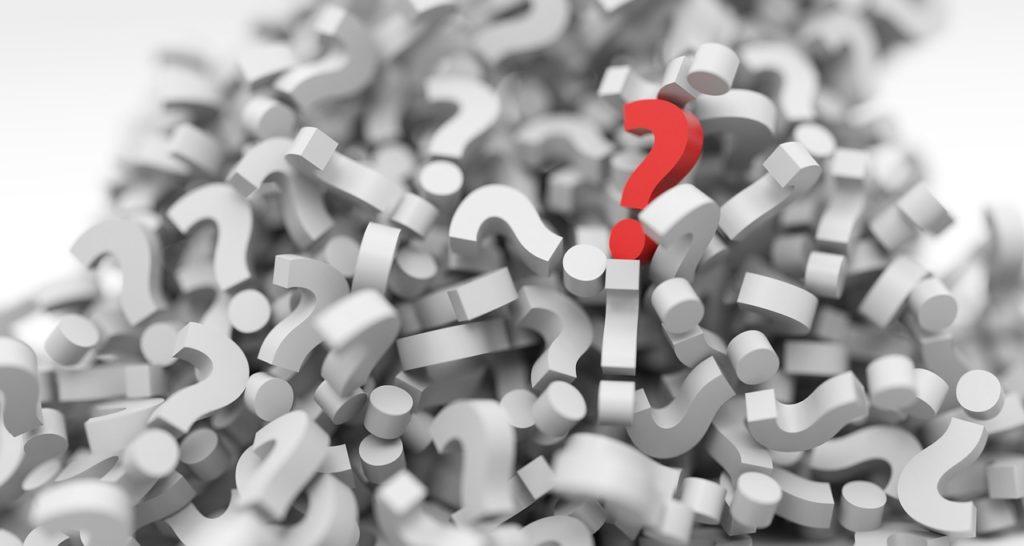 Figura com vários pontos de interrogação para demonstrar se o seguro viagem ita é confiável