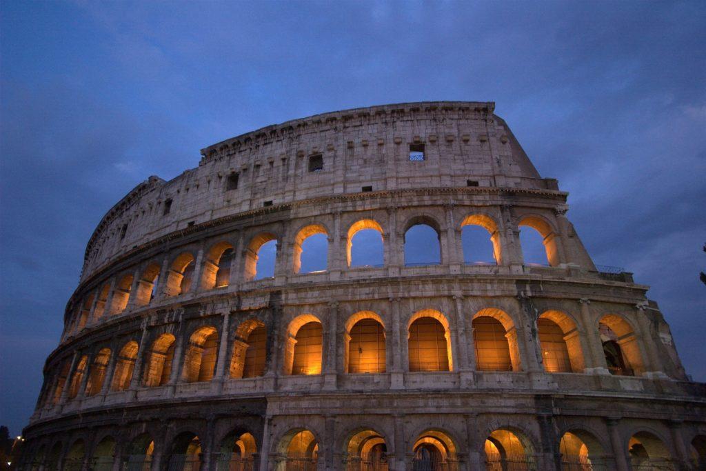 o coliseu em Roma - vista de baixo ao entardecer