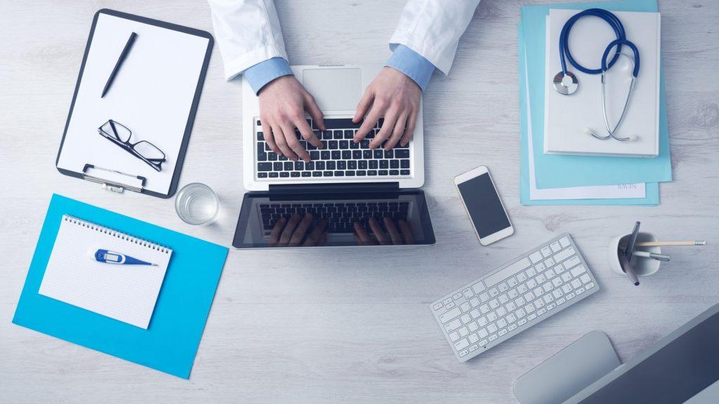 assist med seguro viagem como contratar - medico com computardor digitando