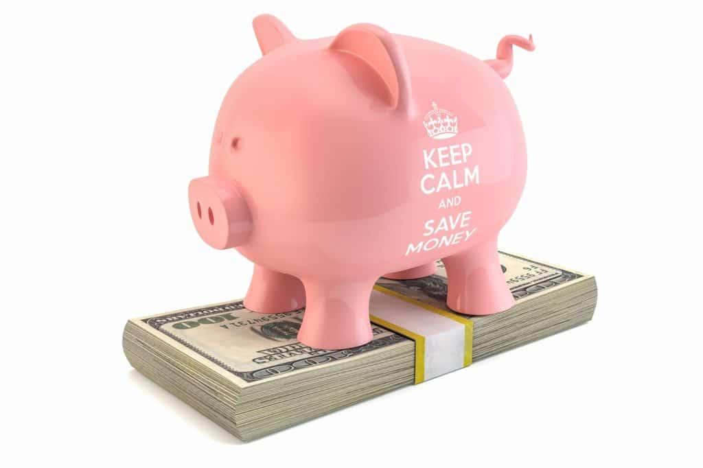 cofrinho de porco rosa em cim ado dinheiro, forma de economizar na hora de comprar seu seguro viagem travel ace